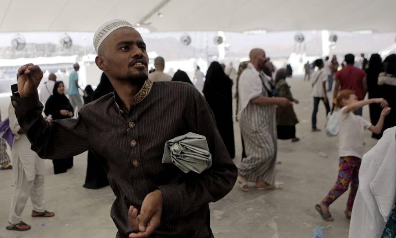 Atirar pedras em um pilar, que simboliza o apedrejamento de Satanás, é outra tradição do Hajj Foto: Khalid Mohammed / AP