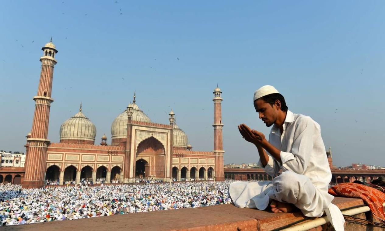 Mulçumano indiano oferece orações em Nova Deli Foto: Chandan Khanna / AFP