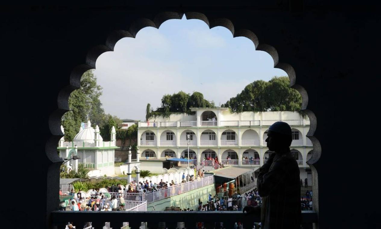 Muçulmanos do Nepal fazem orações na mesquita Kashmiri, em Katmandu Foto: PRAKASH MATHEMA / AFP