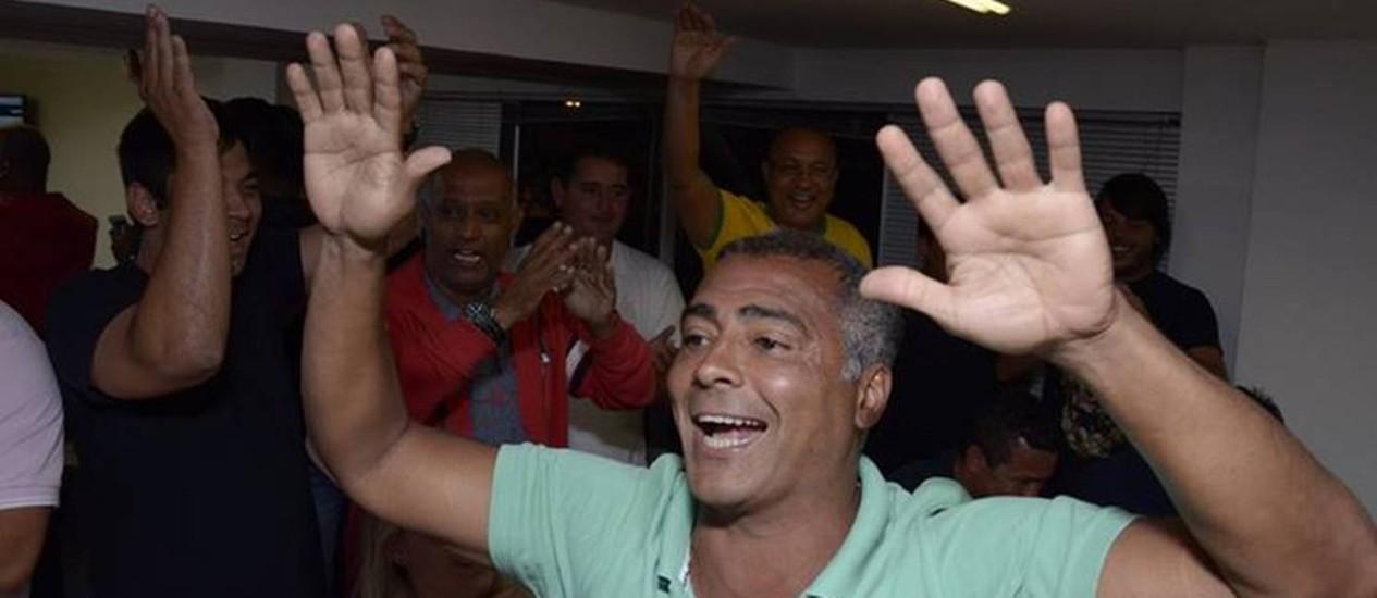 Romário, em 5 de outubro, ao comemorar sua eleição para o senado com recorde de votos: apoio a Aécio no segundo turno Foto: Divulgação