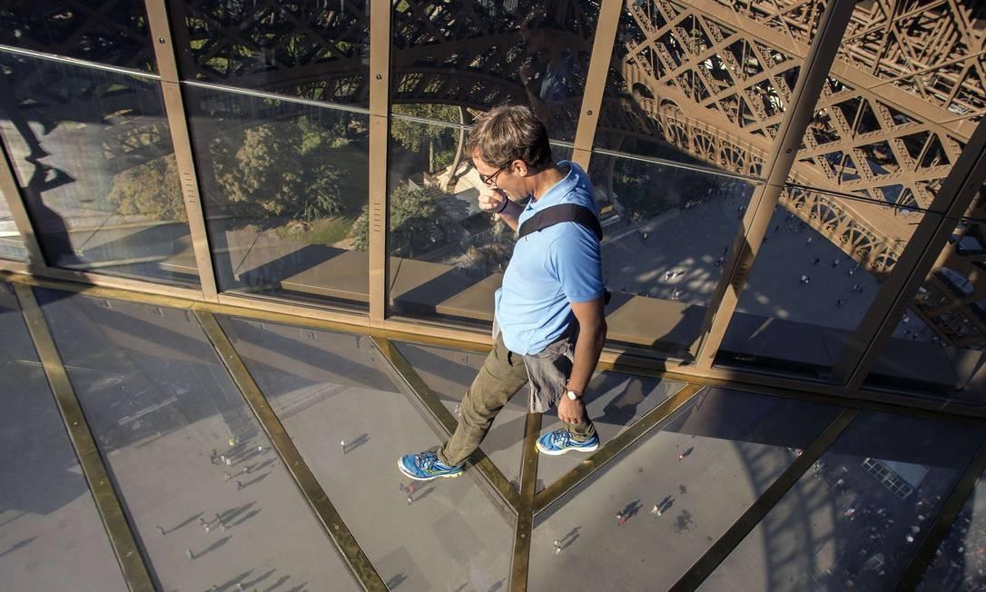 Torre Eiffel inaugura piso de vidro transparente e faz visitante 'flutuar' sobre Paris