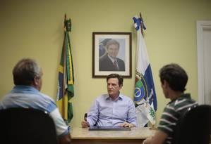 Crivella recebeu em seu gabinete o presidente do PT Washington Quaquá e se reúne nesta terça-feira com Garotinho Foto: Pedro Kirilos / O GLOBO