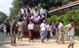 Prisioneiros de Mianmar saem de caminhão após serem libertados da prisão de Insein