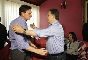 Crivella e Garotinho se abraçam em reunião que firmou acordo para segundo turno Foto: Pablo Jacob / O Globo