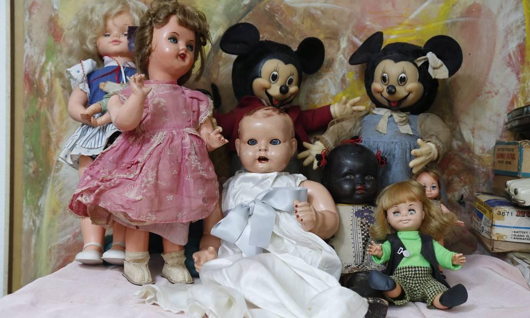 Roberto Coelho afirma ter 10 mil peças, com exemplares de 1890 aos dias atuais: estas bonecas fazem parte da coleção e recontam parte da históira de gerações diferentes Foto: Felipe Hanower / Agência O Globo