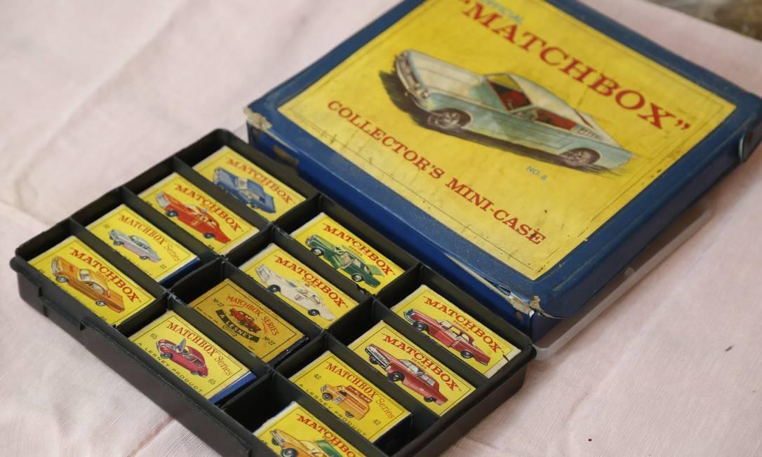 """Roberto começou a vida de colecionador através do """"matchbox"""", carrinhos de ferro que vinham em uma caixinha Foto: Felipe Hanower / Agência O Globo"""