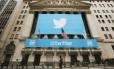 Painel do Twitter na fachada da New York Stock Exchange