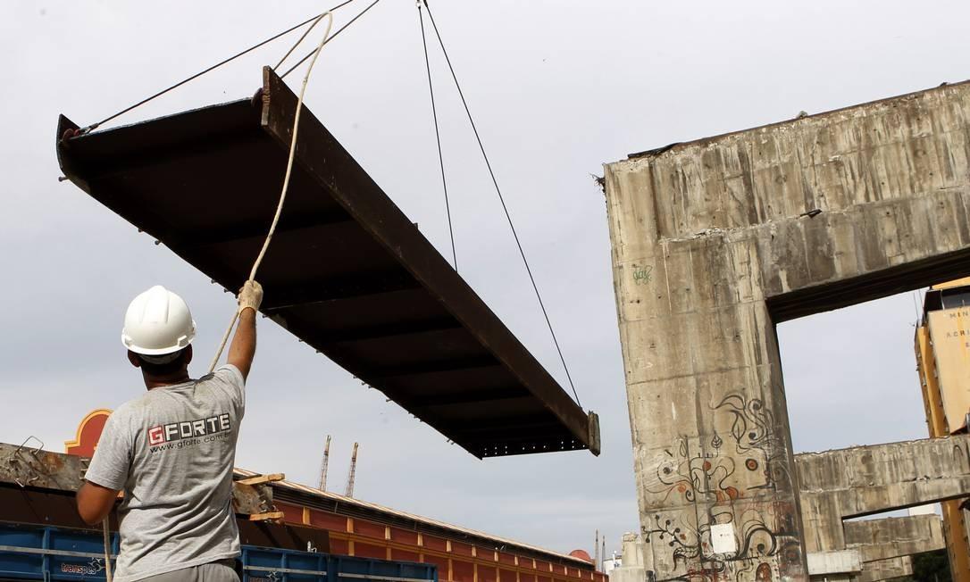 Até o fim do ano, não haverá mais peças do elevado na Praça Mauá Foto: Gustavo Miranda / Agência O Globo