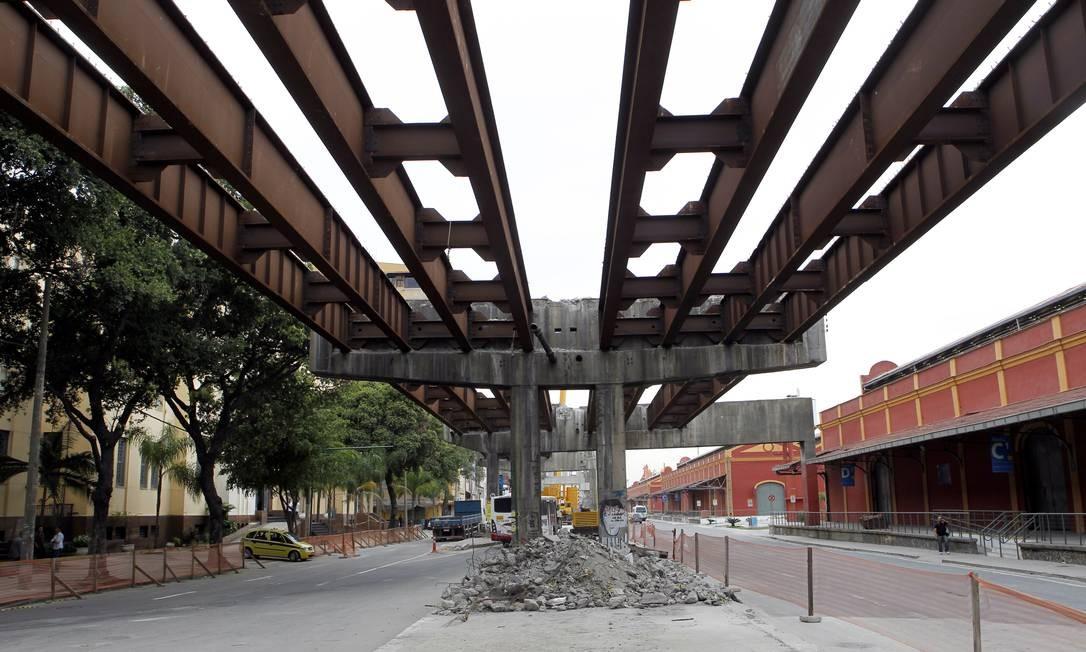 Parte do esqueleto da Perimetral ainda faz parte da paisagem Foto: Gustavo Miranda / Agência O Globo
