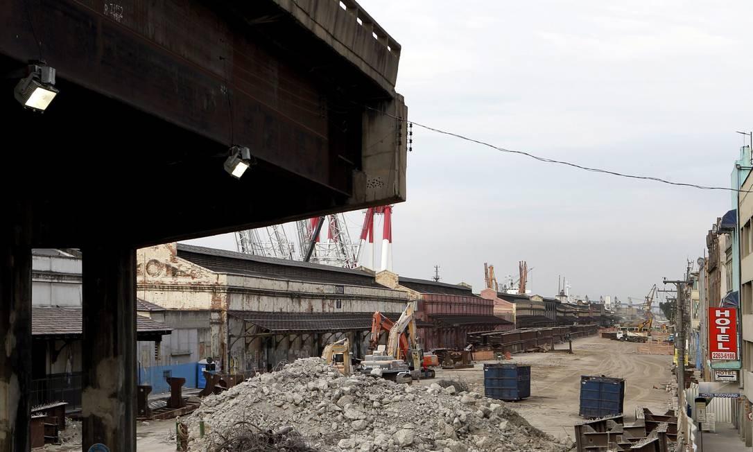 Demolição da Perimetral começou em 5 de fevereiro de 2013 Foto: Gustavo Miranda / Agência O Globo