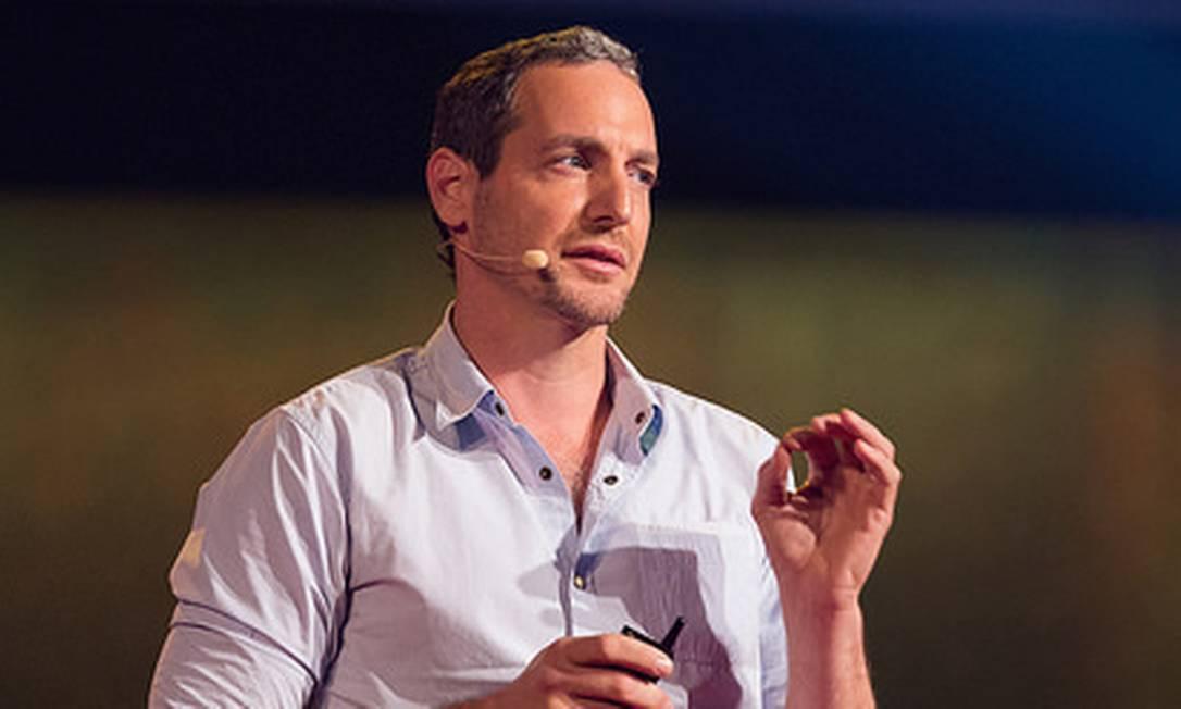 Oren Yakobovich fala de sua experiência em direitos humanos no TED Foto: / James Duncan Davidson/TED/Divulgação