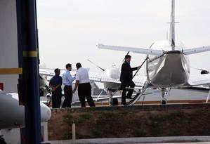 O empresário Benedito Rodrigues de Oliveira, colaborador da campanha do PT em Minas Gerais, embarca em avião rumo a Brasília. Ele foi um dos detidos pela Polícia Federal no aeroporto da capital Foto: FolhaPress