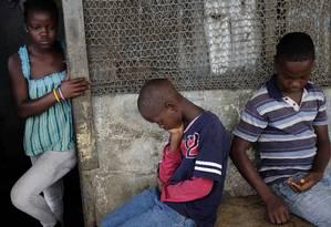 Três irmãos ficam órfãos com a perda da mãe, vítima de ebola em Monróvia, capital da Libéria Foto: Jerome Delay / AP