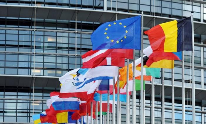 Bandeira da União Europeia hasteada entre as bandeiras nacionais dos países membros do bloco europeu Foto: FREDERICK FLORIN / AFP