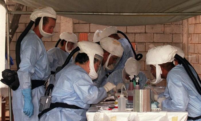 Pesquisadores do Instituto Adolfo Lutz examinam ratos coletados para pesquisa de hantavirus na região de Uberlândia, em 2001 Foto: José Luiz da Conceição