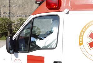 Ambulância com paciênte suspeito de estar com Ebola chega à Fiocruz, no Rio de Janeiro Foto: Gustavo Stephan / Agência O Globo