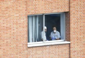 Equipe de limpeza se prepara para limpar quartos de andar do Hospital Carlos III, em Madri Foto: SUSANA VERA / REUTERS