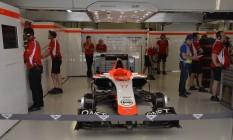 O carro de Bianchi parado nos boxes da Marussia. Escuderia vai correr na Rússia com apenas um piloto em respeito ao francês que está internado em estado crítico Foto: Yuri Kabodnov / AFP