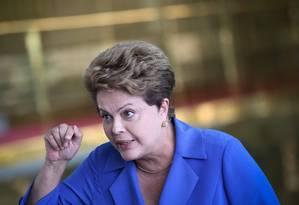 Dilma fala com jornalistas no Palácio da Alvorada Foto: André Coelho / O Globo