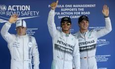 Hamilton (no centro) vai largar na pole position e terá o seu companheiro de equipe, o alemão Nico Rosberg (a direita), na primeira fila. Valtteri Bottas, da Williams, vai largar em terceiro Foto: MAXIM SHEMETOV / REUTERS