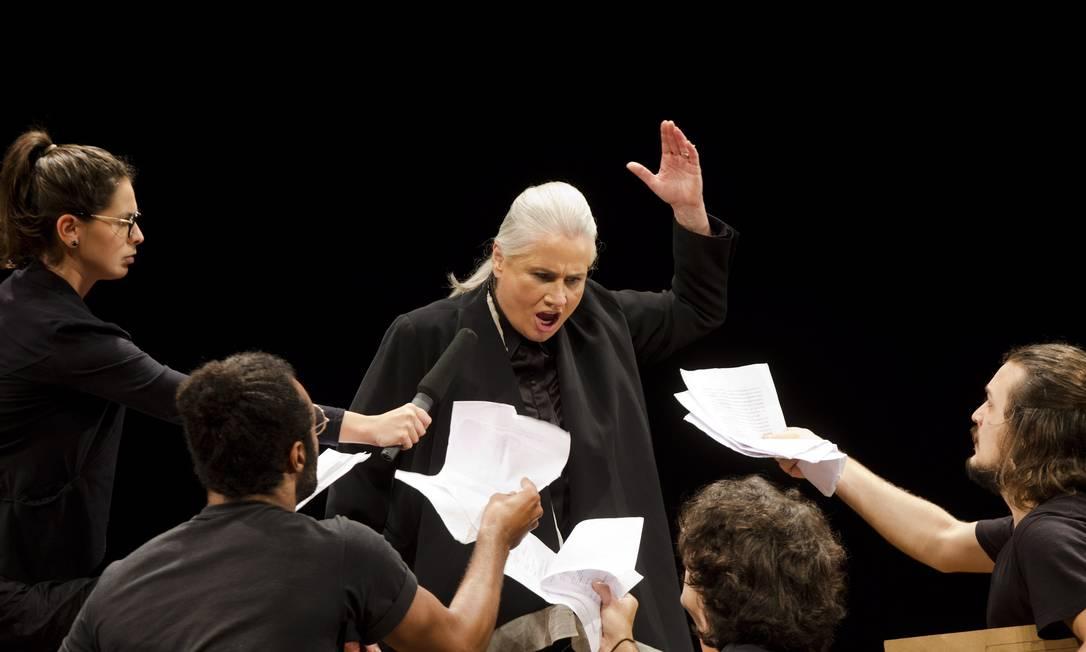"""Vera Holtz em cena na montagem de tons contemporâneos para """"Timon de Atenas"""", de Shakespeare, com direção de Bruce Gomlevsky Foto: Ana Branco / Agência O Globo"""