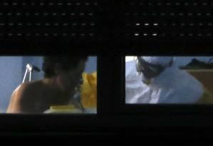 A enfermeira Teresa Romero é atendida no isolamento do sexto andar do hospital Carlos III, em Madri Foto: ANDREA COMAS / REUTERS