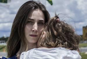 """Cena do documentário """"Ilegal"""" em que Katiele busca a liberação do uso terapêutico do CBD para o tratamento de sua filha Anny Foto: Divulgação"""