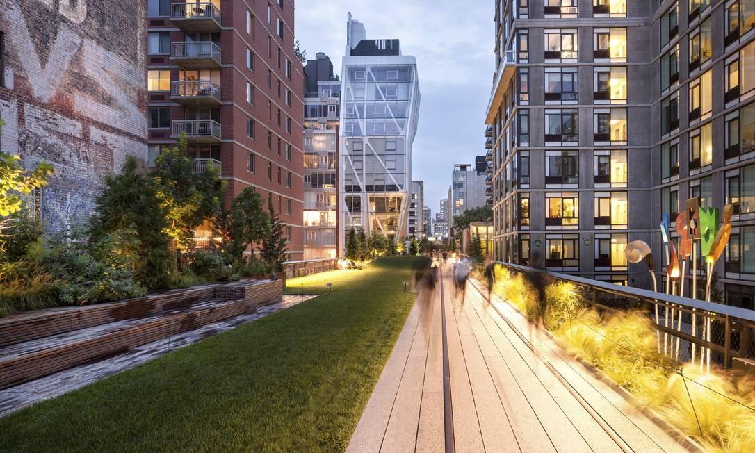 Composição de duas fotos mostra o High Line, em Nova York Foto: / NYT