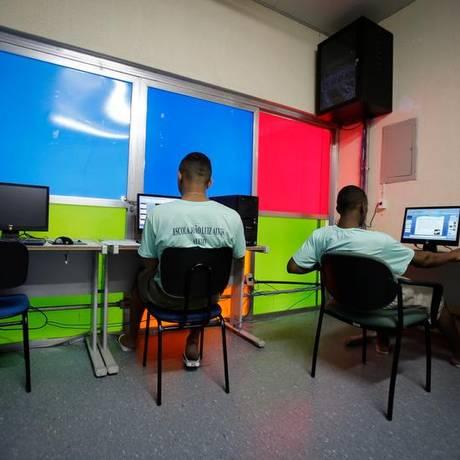 Jovens fazem aula de informática em um centro de capacitação: minoria vai para unidades do estado Foto: Alexandre Cassiano / Agência O Globo