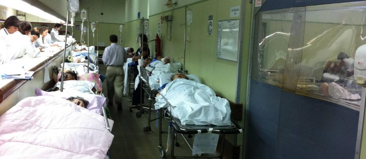Superlotação. Idosos em macas no corredor do Hospital Lourenço Jorge, na Barra. Foto: O Globo