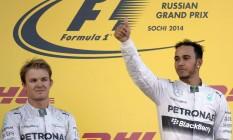 Hamilton comemora no pódio a vitória na Rússia ao lado do companheiro de equipe e rival na disputa pelo título, Nico Rosberg Foto: ALEXANDER NEMENOV / AFP