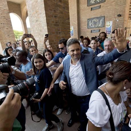 Aécio Neves chega ao Santuário de Aparecida Foto: Nelson Almeida / AFP