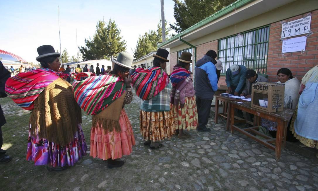 Mulheres formam fila para votar nas eleições presidenciais em uma escola em La Paz Foto: GASTON BRITO / REUTERS