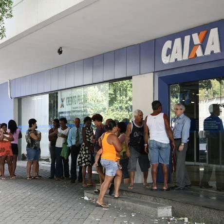 No Rio, agências da Caixa também apresentam longas filas Foto: Thiago Lontra / Agência O Globo