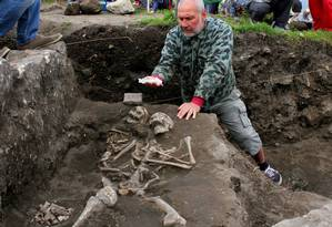 Nikolai Ovcharov mostra parte das ossadas do suposto 'vampiro' na Bulgária Foto: REX