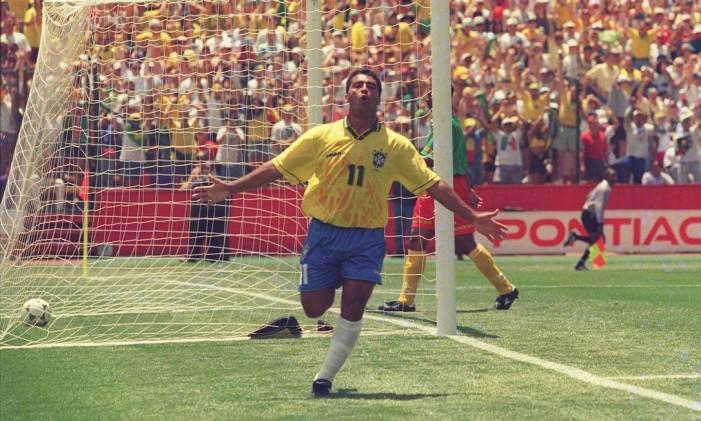 Romário comemora um gol contra Camarões na Copa de 1994 Foto: Cezar Loureiro / O Globo