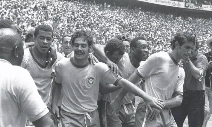 Rivellino entre Jairzinho, Carlos Alberto Torres e Pelé durante a Copa de 1970 Foto: Arquivo