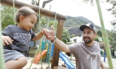 Marcelinho da Lua e o filho Sebastião Foto: Pedro Teixeira / Agência O Globo