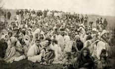 Seguidores de Antônio Conselheiro prisioneiros das tropas do Exército, no Arraial de Belo Monte Foto: Acervo Canudos do Arquivo Histórico do Museu da República. Foto: Agência O Globo