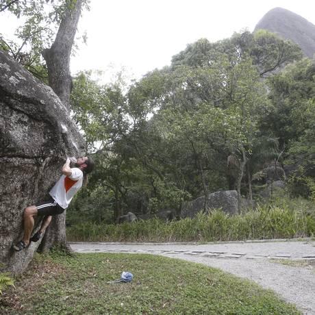 O tijucano Alexandre Costa praticando boulder no Parque Estadual do Grajaú: preservação e lazer Foto: Felipe Hanower / Agência O Globo