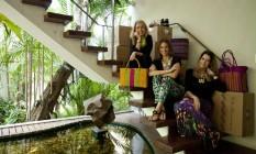 Trio do bem. Da esquerda para direita: Beatriz Shymura, Carla Barros e a estilista Daniella Martins Foto: Guilherme Leporace / Guilherme Leporace