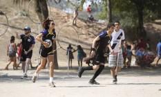 Em ação. Integramntes do Rio Ravens costumam jogar quadribol na Quinta da Boa Vzista Foto: Felipe Hanower / Agência O Globo