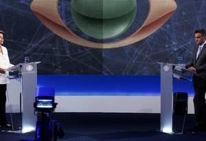 Os candidatos a presidência da República Dilma Rousseff e Aécio Neves no primeiro debate do 2º turno Foto: Fernando Donasci / Agência O Globo