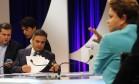 Os candidatos a presidência da República, Dilma Rousseff (PT) e Aécio Neves (PSDB), no intervalo do debate do SBT Foto: Fernando Donasci / Agência O Globo