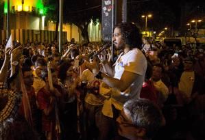 Jean Willys, do PSOL, e outros parlametares do PT, PCdoB e PSB se uniram em em ato pró-Dilma no Rio Foto: Guito Moreto / Agência O Globo