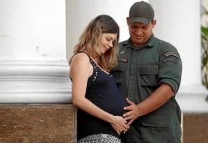 Membro da Guarda Municipal de Niterói, Rafael Dias terá um mês em casa para ajudar a mulher, Monique, a cuidar do bebê que chega em novembro Foto: Gustavo Stephan / Gustavo Stephan