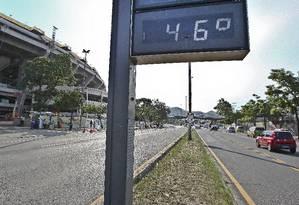 Termômetro marca 46º no Rio Foto: Ivo Gonzalez / Agência O Globo
