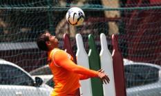 O atacante Walter domina a bola no treino nas Laranjeiras Foto: Nelson Perez / Fluminense