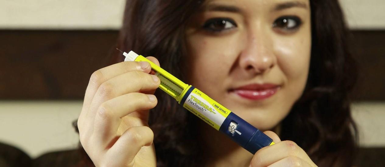 Bruna usa uma nova insulina que tem aplicação uma vez ao dia.  Foto: Márcio Alves