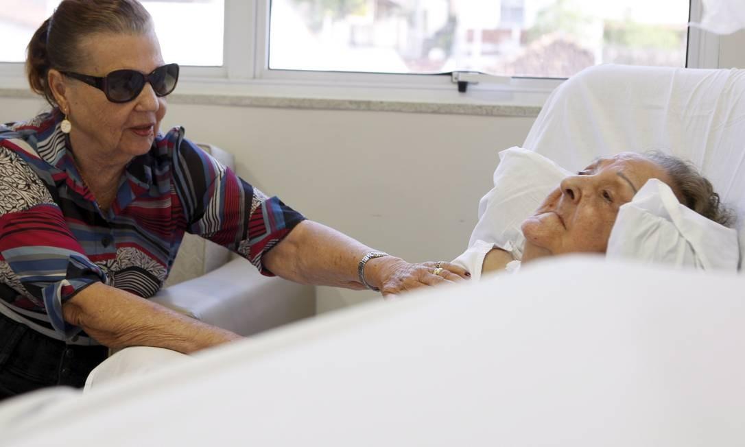 Dia a dia. Héber Lacerda, cuida da irmã, Maria, em estágio avançado de Alzheimer Foto: / Gustavo Stephan